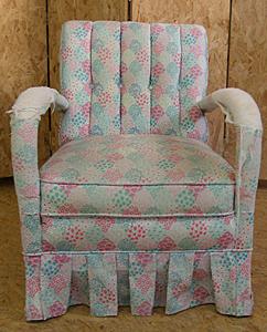 bunter Sessel mit altem Stoff Heutz Raumausstattung